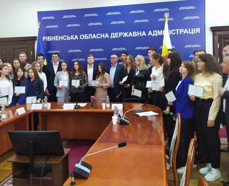 Вітаємо учня 11 класу Тараса Тарасуна з нагородою та стипендією голови облдержадміністрації